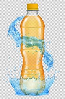 Transparente wasserkrone und spritzer in hellblauen farben um eine plastikflasche mit orangefarbener kappe, gefüllt mit saft. transparenz nur in vektordatei
