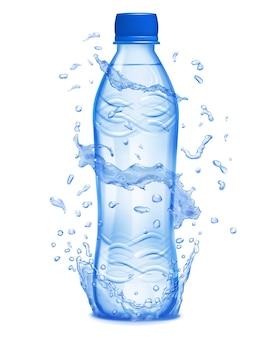 Transparente wasserkrone und wasserspritzer um eine transparente plastikflasche mit blauer kappe.
