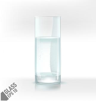 Transparentes wasserglas mit sprudel auf hellem hintergrund.