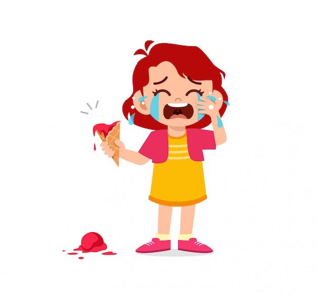Traurige kleine jungen und mädchen weinen laut