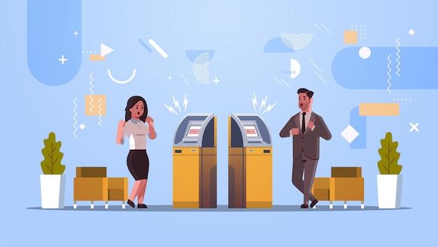 Traurige mannfrauenkunden nähern sich atm-maschine ohne geldfehlerbenachrichtigungsfinanzkrisentransaktion, die verschlossene bankkreditkarte verweigert wird, die am horizontalen konzept der bank in voller länge schlechter service ist