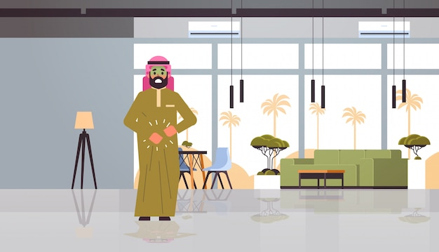 Trauriger arabischer mann mit blassem gesicht erbrechen übelkeit magenschmerzen essen oder alkoholvergiftung verdauungsproblem konzept arabischer charakter, der sich krank fühlt modernes restaurant interieur flach volle länge horizontal