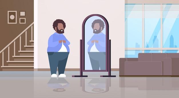 Trauriger mann, der sich spiegelbild im knöpfenden hemd des spiegelmanns betrachtet