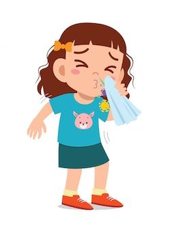 Trauriges süßes kleines mädchen niesen wegen grippe