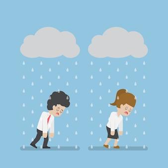 Traurigkeit geschäftsmann und geschäftsfrau, die unter wolke und regen gehen. geschäftsversagen und stresskonzept