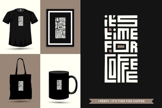 Trendy typografie zitat motivation t-shirt es ist zeit für kaffee für den druck. typografische beschriftung vertikale designvorlage poster, tasse, einkaufstasche, kleidung und waren