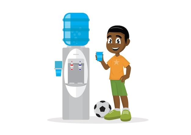Trinkwasser des afrikanischen jungen im wasserkühler.