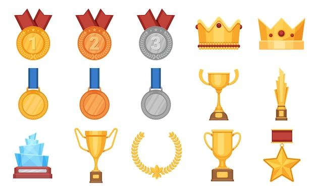 Trophäen und medaillen. flache ikone des preises, olympische gold-, silber- und bronzemedaille mit band. siegerpokal, glasbelohnung und kronenvektorsatz. preisverleihung, erfolgspokal und medaille, preisträger