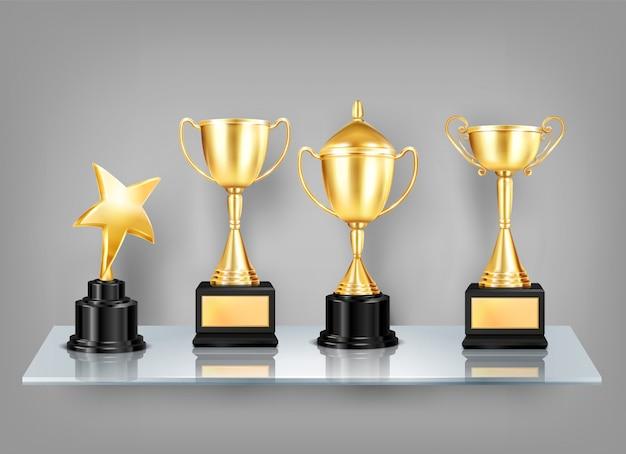 Trophy vergibt realistische bilder auf der regalzusammensetzung von goldenen bechern mit schwarzen sockeln auf glasregal