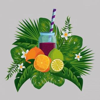 Tropische früchte mit getränk in den exotischen blumen und in den blättern