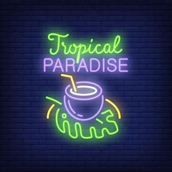 Tropische paradiesbeschriftung mit kokosnussgetränk auf blatt.