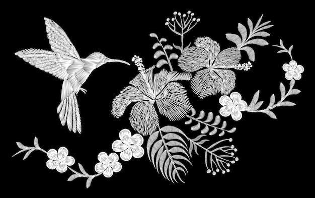 Tropische stickereiblumenanordnung des kolibris. exotische palme