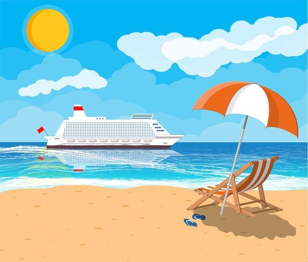 Tropischer strand mit kreuzfahrtschiff