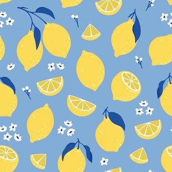Tropisches nahtloses muster mit gelben zitronen. sommerdruck mit zitrusfrüchten, zitronenscheiben, frischen früchten und blumen im handgezeichneten stil.