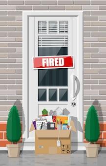 Tür mit gebranntem wortschild und pappkarton mit büroartikeln.