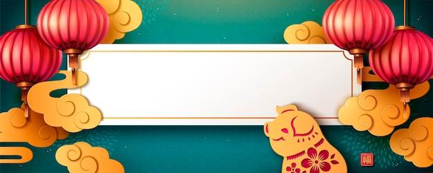 Türkisfarbenes mondjahr-bannerdesign mit hängender laterne und schwein in papierkunst, platz für grußworte kopieren
