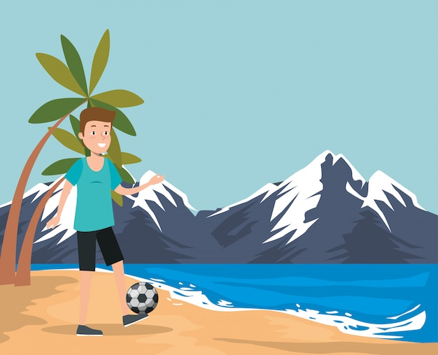 Übender fußball des jungen mannes auf dem strand
