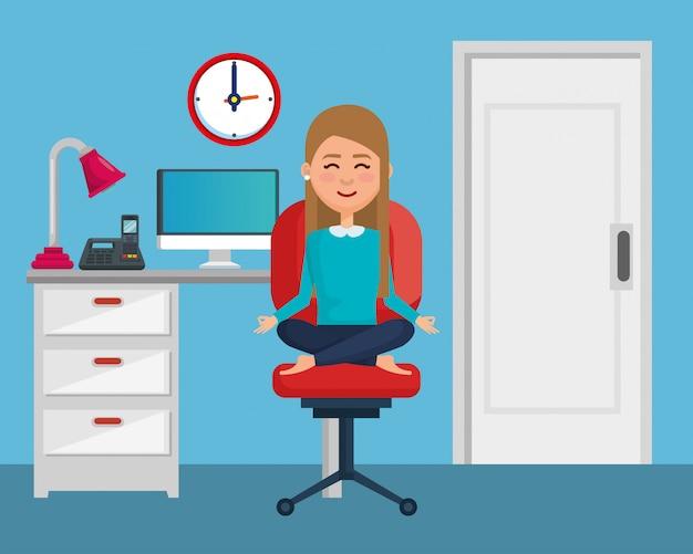 Übendes yoga der geschäftsfrau im bürostuhl