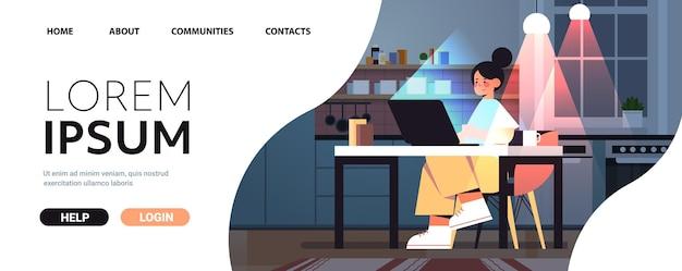 Überarbeitete geschäftsfrau, die auf laptop-bildschirm schaut, die am arbeitsplatz in dunkler nacht zu hause sitzt, horizontaler kopienraum in voller länge