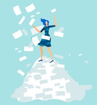 Überarbeiteter frauen-büroangestellter auf dokumentenstapel