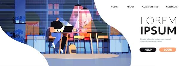 Überarbeiteter geschäftsmann, der am arbeitsplatz sitzt geschäftsmann-freiberufler, der in dunkler nacht im home-office horizontalen kopienraum in voller länge auf den computerbildschirm schaut