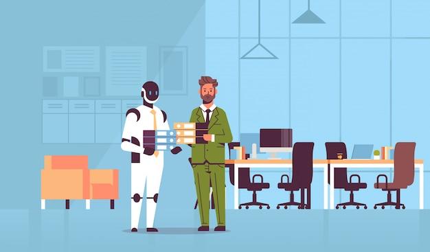 Überarbeiteter geschäftsmann und roboter, die ordnerstapelmitarbeiter halten, die zusammen papierkram künstliche intelligenztechnologie modernes büroinnenraum stehen