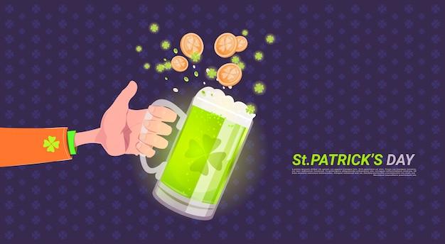 Übergeben sie das halten des glases bieres über glücklichem hintergrund st. patricks tages