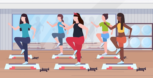 Übergewichtige frauengruppe kniebeugen auf schritt plattform mischen mädchen trainieren beine im fitnessstudio aerobic workout gewichtsverlust konzept moderne health club studio interieur horizontal