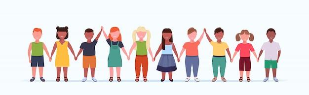 Übergewichtige lächelnde kindergruppe hält erhobene hände kleine jungen mädchen, die zusammen stehen, mischen männliche weibliche kinder in voller länge flachen weißen hintergrund horizontales banner