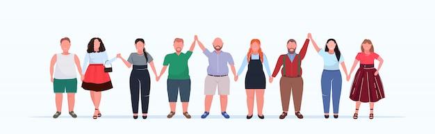 Übergewichtige personengruppe hält erhobene hände männer frauen in freizeitkleidung, die zusammen über größe männliche weibliche zeichentrickfiguren in voller länge flaches horizontales banner stehen