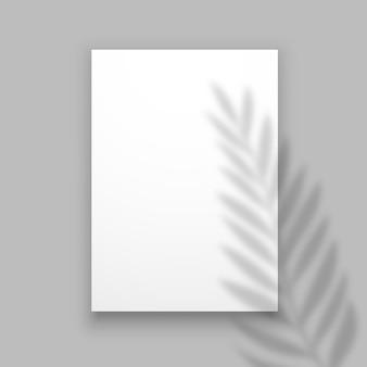 Überlagern sie den palmblatteffekt auf einem blatt papier.