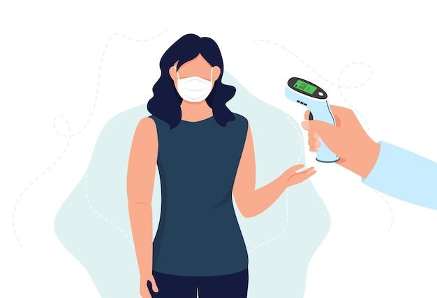 Überprüfen sie die körpertemperatur, bevor sie den öffentlichen bereich betreten. hand hält infrarot-thermometer zur messung der körpertemperatur. frau prüft temperatur