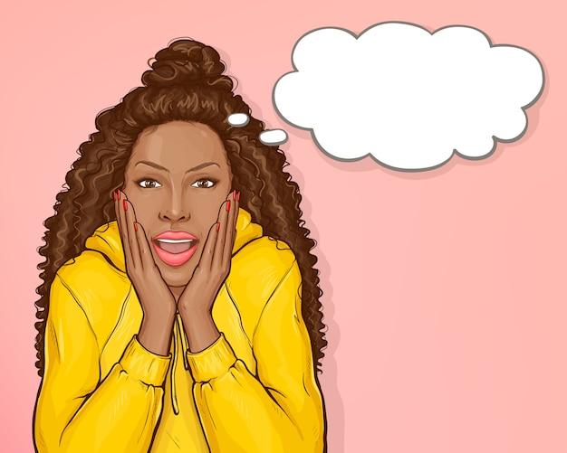 Überraschte afroamerikanerfrau mit dem afrohaar