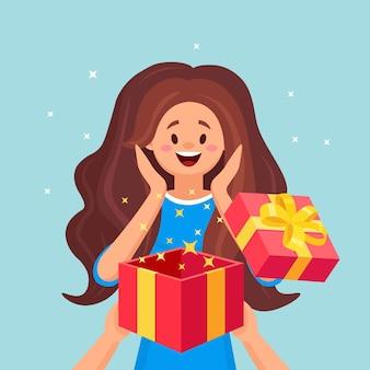 Überraschte glückliche frau mit offener geschenkbox