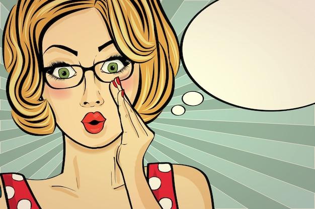 Überraschte pop-art-frau. komische frau mit spracheluftblase. pin-up-mädchen