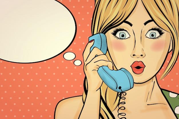 Überraschte pop-arten-frau, die am retro- telefon plaudert