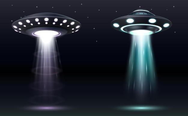 Ufo-set. realistische außerirdische raumschiffe mit lichtstrahlen. futuristisches, nicht identifiziertes science-fiction-raumschiff. fliegende untertasse und entführungsstrahler. 3d-vektor-illustration