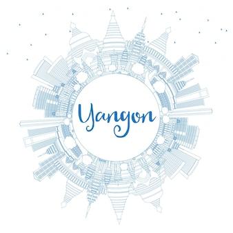 Umreißen sie die skyline von yangon mit blauen gebäuden und textfreiraum. vektor-illustration. geschäftsreise- und tourismuskonzept mit historischer architektur. bild für präsentationsbanner-plakat und website.