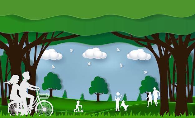Umweltfreundliches konzept der grünen natur. die leute spielen im park. es gibt familie, eltern und kinder und paare fahren fahrrad. auf einer grünen wiese erholsame ferien genießen. papierkunsthandwerksstil