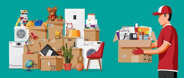 Umzug in neues haus. familie in ein neues zuhause umgezogen. männlicher mover, pappkartons mit waren. paket für den transport. elektronik, kleidung, haushaltsgeräte, möbel. flache vektorillustration
