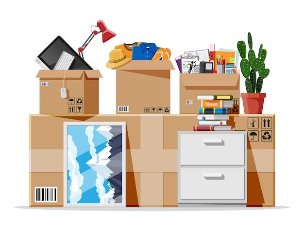 Umzug in neues haus. familie in ein neues zuhause umgezogen. papierkartons mit verschiedenen haushaltssachen. paket für den transport. computer, lampe, kleidung, bücher. vektorillustration im flachen stil