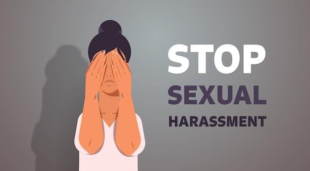 Unglückliches mädchen, das gesicht mit händen bedeckt und weint, stoppt sexuelle belästigung gewalt gegen frauen konzeptporträt horizontale vektorillustration