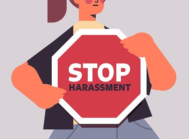 Unglückliches mädchen mit blauen flecken auf gesicht, das zeichen hält, stoppt sexuelle belästigung gewalt gegen frauen konzept nahaufnahme porträt horizontale vektor-illustration
