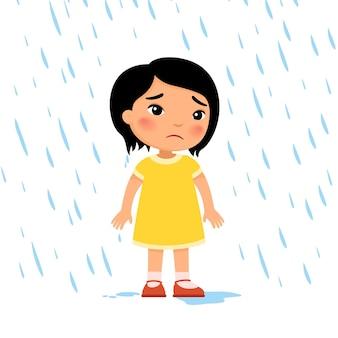 Unglückliches mädchen unter regen trauriges kind bei regenwetter asiatisches kind nass unter regen