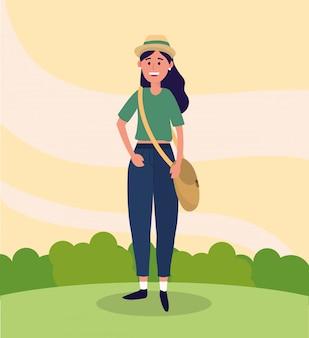 Universitätsfrau mit hut und freizeitkleidung