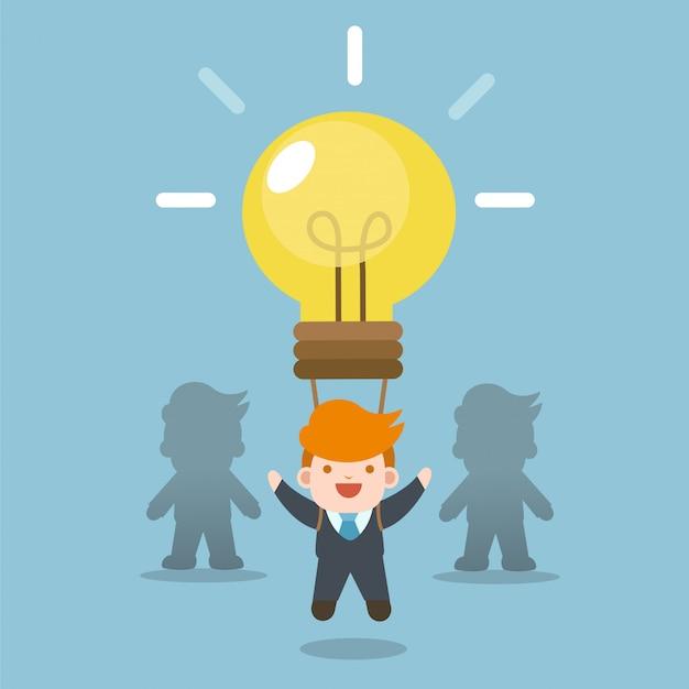 Unternehmenskonzept. geschäftsmann mit idee birne ballon, vom team abheben.