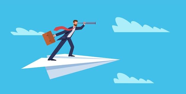 Unternehmensvision. geschäftsmann, der auf papierflugzeug mit teleskop, erfolgs- und ehrgeizsymbol, führung und neuer idee, planung und strategie flachvektorkonzept fliegt