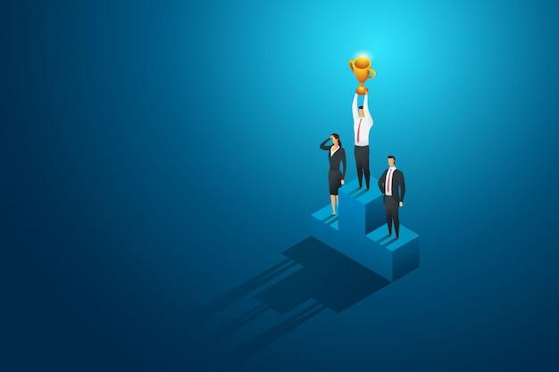 Unternehmer ein gewinner hält trophäe auf dem podium. führung und erfolg. isometrische konzeptillustration