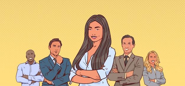 Unternehmerin chef mit gruppe von geschäftsleuten erfolgreiche mix race
