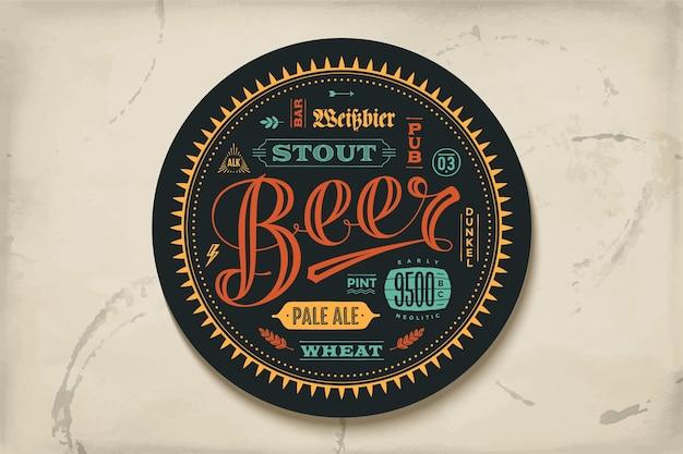Untersetzer für bier mit handgezeichneter beschriftung. bunte weinlesezeichnung für bar-, kneipen- und bierthemen. zum platzieren eines bierkruges oder einer bierflasche mit schriftzug zum thema bier.
